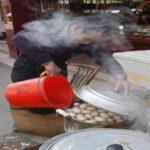 الصينيون يسلقون البيض في البول !!