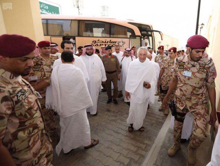 بالصور: وصول الأمير خالد الفيصل لمنى مُحْرمًا