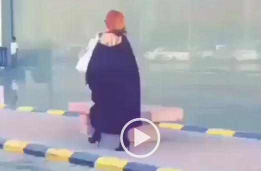 فيديو: ولد يلبس عبايه يمشي عند العثيم مول