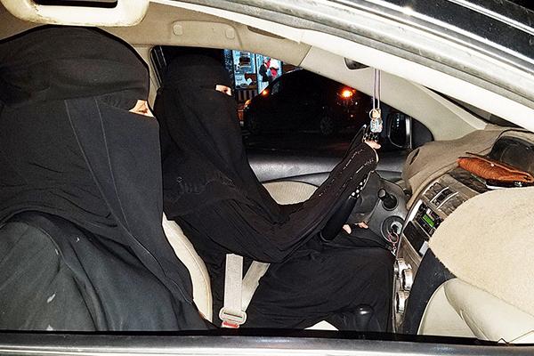 آلاف السعوديات يوقعن عقود عمل كسائقات أجرة