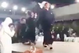 فيديو: عرض أزياء مختلط في الرياض يثير الجدل ويطيح بمستشار