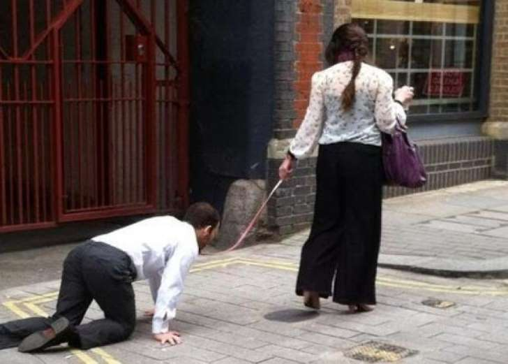 فيديو: إمرأة تسحب رجلاً كالكلب في الشارع