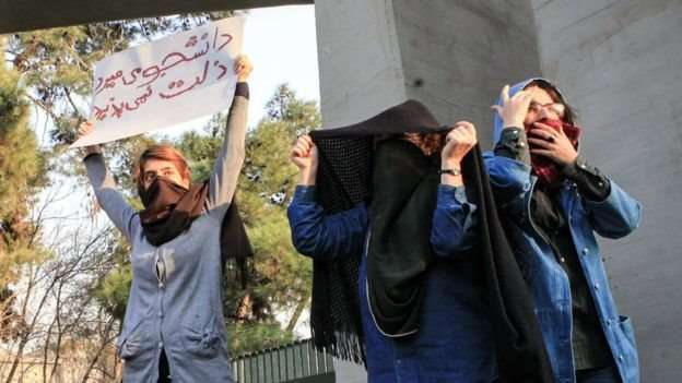 احتجاجات إيران تزداد دموية… والحرس يلوِّح بالتدخل