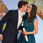 رئيسة بلدية في فرنسا تدعو لمنع تقبيل النساء