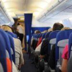 اعتدى على راكبة جنسيا وزوجته بجانبه في الطائرة