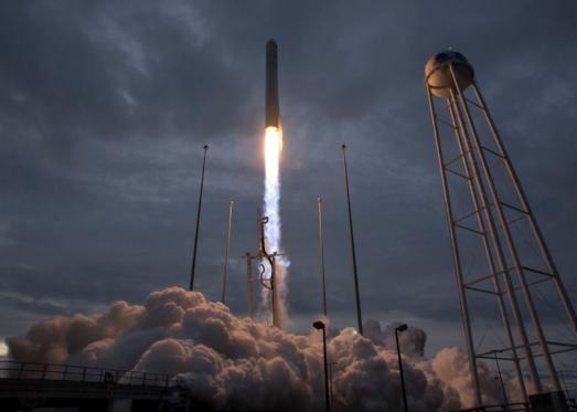 السعودية تغزو الفضاء بطائرة مكوكية بلا طيار تفوق الصوت