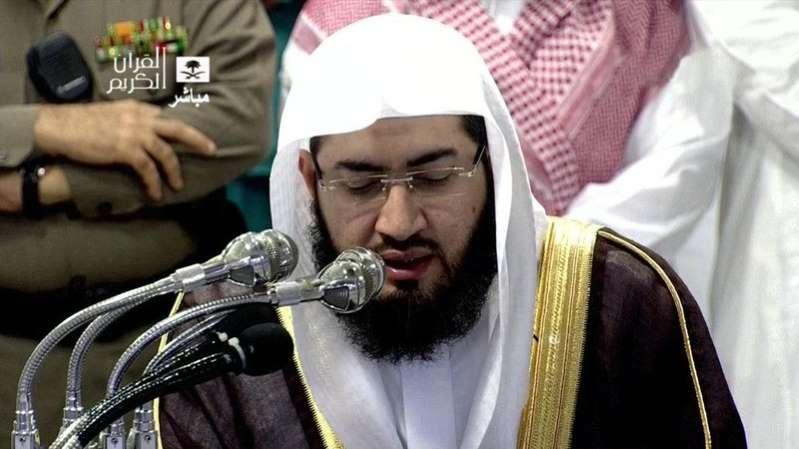 """قناة """"الجزيرة"""" تنشر خبر """"اعتقال"""" إمام الحرم بينما الحقيقة أنه يؤم المصلين!"""