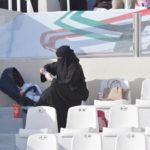 سعودية تنشغل بالطفل.. والمباراة