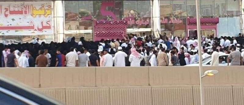 """زحام كبير وتدافع أمام منشأة أعلنت عن تخفيضات في الرياض.. و""""التجارة"""" تُغلقها"""