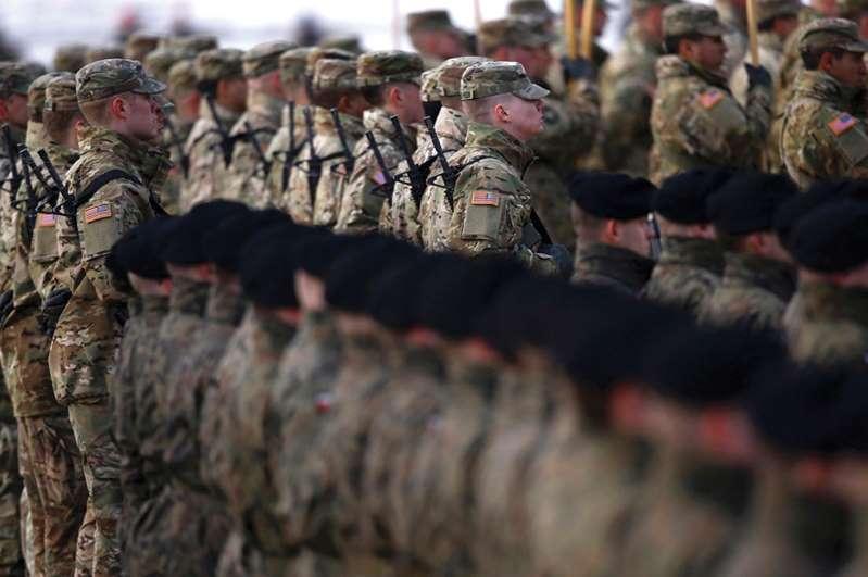 استقبال قوات أمريكية بالسعودية.. 5 رسائل من الرياض للعالم