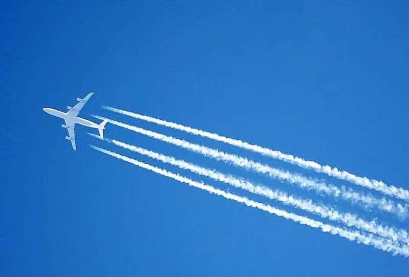 """بالفيديو.. """"الطيران المدني"""" يوضح ماهية الخطوط البيضاء خلف الطائرات المحلقة على ارتفاعات عالية"""