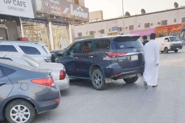 سيدة تفقد السيطرة على مركبتها وتصدم عدداً من السيارات بأحد أحياء الرياض (صور)