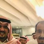 صورة عفوية للملك سلمان مع الأمير عبدالعزيز بن فهد