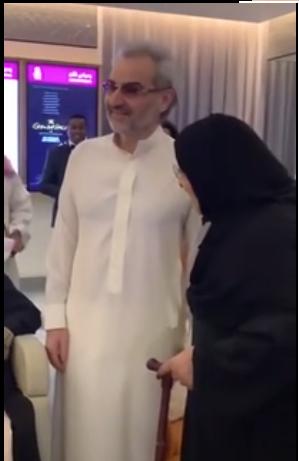 فيديو: ظهور نادر للأمير الوليد بن طلال مع والدته منى الصلح