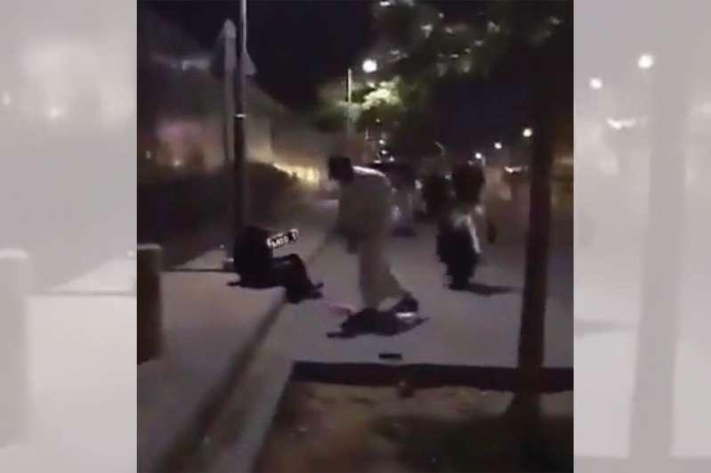 القبض على شخص اعتدى بالضرب على امرأة في مكان عام