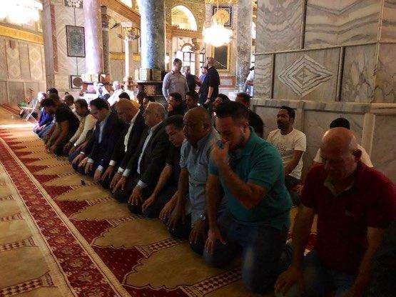 """بالفيديو والصور.. """"المسحل"""" وأعضاء بعثة الأخضر يصلون في المسجد الأقصى"""