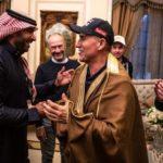 بالصور.. يزيد الراجحي يستضيف سائقي «رالي داكار» في منزله